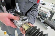 Die neue AKS 3004 Sicherheitskupplung wird montiert. (Foto:has)