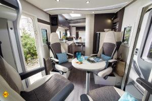 Der Chausson Welcom Travel Line verfügt über zwei Wohnraumtüsen und hat als Sitzgruppe vier Einzelsitze. (Foto: Chausson)
