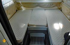 Helle Farben und viel Licht dominieren auch im hinteren Schlafabteil. (Foto: det)