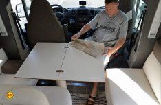 Ist der Tisch komplett aufgeklappt, bietet er ausreichend Platz für eine vierköpfige Besatzung. (Foto: det)