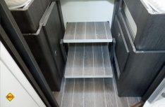 Links und rechts der Stufen zum Doppelbett sind großzügige Schränke und Stauräume positioniert. (Foto: det)