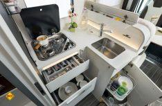 Die Küche mit Herd, Spüle und der praktischen Mülltrennung bietet dem Koch viel Stauraum und Arbeitsplatz. (Foto: det)