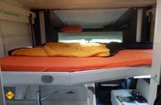 Ein Platz zum Wohlfühlen und angenehmen Schlaf ist das großzügig dimensionierte Hubbett über der Sitzgruppe. Foto: det)