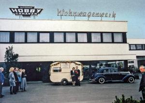 Das Ehepaar Striewski mit ihrem Oldie-Caravan vor den Hobby-Werk. (Foto: Werk)
