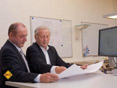 Ingenieure unter sich: Vater und Sohn Striewski bei einer technischen Besprechung im Konstruktionsbüro. (Foto: Hobby)