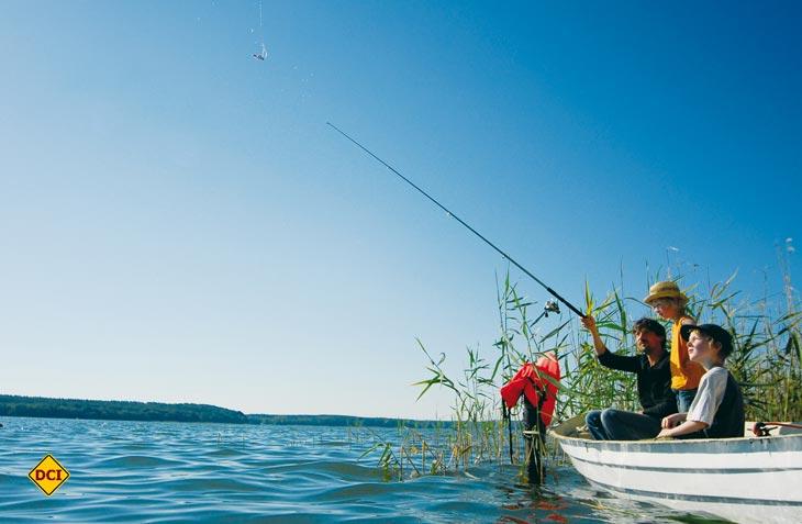 Familienangeln ist cool: Besonders Väter mit ihren Söhnen nutzen das Angebot für spannende Erlebnisse beim gemeinsamen Angelausflug auf der Mecklenburger Seenplatte. (Foto: Müritz Tourismus)