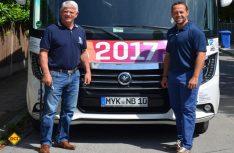 DEB-Präsident Franz Reindl (links) und Bundestrainer Marco Sturm setzen auf einen Arto von Niesmann+ Bischoff. (Foto: Niesmann)