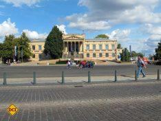 Hinter den imposanten Säulen beherbergt das Staatliche Museum eine bedeutende Sammlung Niederländischer Maler. (Foto: Schwerin Tourismus)