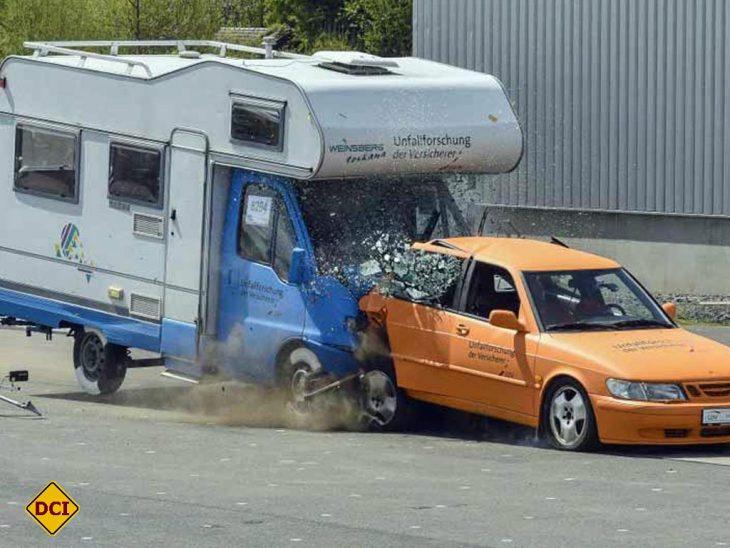 In einem spektakulären Crash-Test hat die UDV einen Auffahrunfall zwischen PKW und Wohnmobil simuliert. (Foto: UDV)