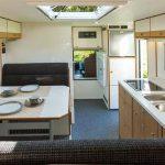 Blick nach vorne: Sitzgruppe, Küchenzeile und der Durchgang in das Fahrerhaus. (Foto: Werk)