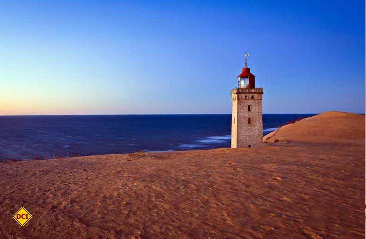 Der Leuchtturm Rubjerg Knude Fyr (hier vor der Renovierung) gilt als Dänemarks Leuchtturm mit der wohl spektakulärsten Lage. (Foto: Visitdenmark)