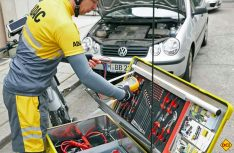 Außer schweren Geräten wie Batterie oder Wagenheber hat der E-Bike-Pannenhelfer die gleiche Ausstattung wie im ADAC-Pannen-Pkw an Bord. (Foto: ADAC