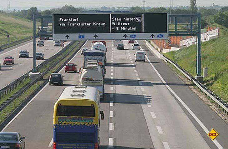 Die Bundesanstalt für Straßenwesen (BASt) rät Stauinformationen und Verkehrsbeeinflussungsanlagen abzugleichen. (Bild: Hessen Mobil)