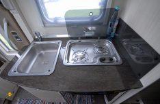 Knapp bemessen: Der Küchenblock hat wenig Arbeitsfläche, aber genügend Stauraum. (Foto: det)