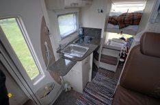 Das manuell bedienbare Hubbett im Heck überzeugt als komfortables Doppelbett. (Foto: det)