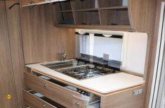 Die Küche im Beduin bietet viel Platz und Stauraum und kann mit reichlich Arbeitsfläche aufwarten. (Foto: sis)