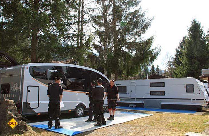 Das Dethleffs Team baut für die Family Stiftung einen Dethleffs Aero-Caravan am Campingplatz Grüntensee auf. (Foto: Dethleffs)