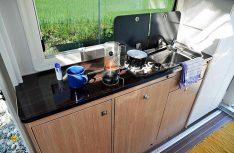 Vollwertig und komplett ausgestattet: Der Küchenblock im Evan. (Foto: det)
