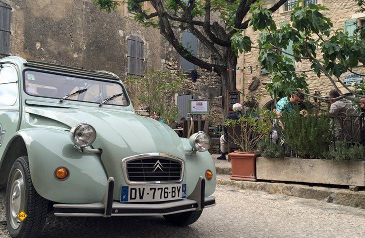 Oldie-Vermietungen bieten Touren mit historischen Fahrzeugen durch die Provence an. (Foto: Provence Guide)