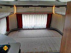 Das großzügige Heck-Querbett des Triton 430 bietet hohen Schlafkomfort. (Foto: has)