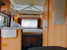 Kompakt, aber alles an Bord: Im Heck das Querbett, links der Küchenblock, rechts Bad und dahinter der Kleiderschrank.. Das Hubdach bietet Licht und Luft. (Foto: has)