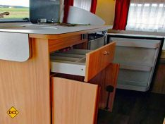Der Küchenblock mit Kühlschrank ist groß genug für zwei Personen. (Foto: has)