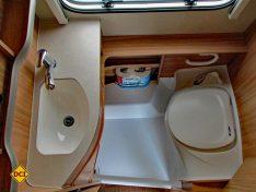 Das Bad ist groß genug für die tägliche Katzenwäsche, eine Duscheinrichtung ist optional. Die Banktoilette ist leicht zu pflegen. (Foto: has)