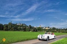 Oldtimerromantik pur- Mit dem schmucken Cabrio vor der malerischen Kulisse des Schloss Augustusburg im Erzgebirge (Foto: Tourismusverband Erzgebirge e.V.)