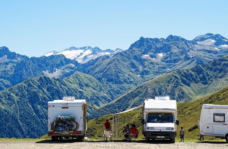 Nicht nur dieser Wohnmobil-Stellplatz bietet grandiose Ausblicke über das Bergmassiv der Haute-Garonne. (Foto: CRT Midi-Pyrenees)