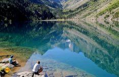 Wanderer gönnen sich eine Ruhepause am Lac de Gaube im Pyrenäen-Nationalpark. (Foto: CRT Midi-Pyrenees)
