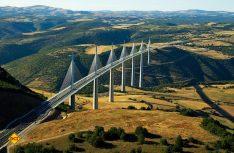 Das Viadukt von Millau ist mit 2.460 Metern die längste Schrägseilbrücke der Welt und überspannt das Tal des Tarn in 370 Meter Höhe. (Foto: CRT Midi-Pyrenees)