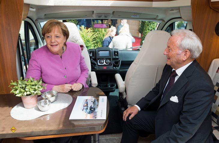 Bundeskanzlerin Angela Merkel besuchte Hobby Gründer Harald Striewski am Stammsitz in Fockbek. (Foto: Hobby)