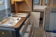 Die kompakte Längsküche mit ausgelagertem Kühlschrank ist mit viel Stauraum komplett ausgestattet und hat genügend Arbeitsfläche. (Foto: det)