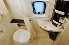 Der Sanitärraum ist angenehm groß und punktet mit einem serienmäßigen Ausstellfenster. (Foto: det)