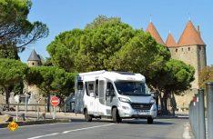 Der LMC Breezer an historischer Stätte: Die Wehrtürme der Festungsstadt Carcassonne im Hintergrund. (Foto: det)