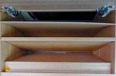 Die Verkleidungen in den vorderen Oberschränken sind nicht befestigt und lösen sich. (Foto: det)