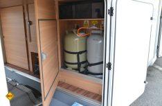 Gut erreichbar und gegen Verschmutzung geschützt: Der Gaskasten in der Heckgarage des LMC erleichtert den Flaschentausch. (Foto: det)