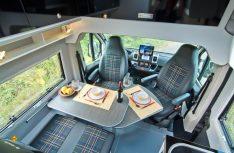 Die einladende Sitzgruppe des Avanti EB aus Fahrerhaussitzen und der Dinettbank. (Foto: Werk)