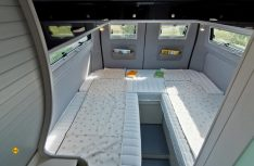 Die Einzelbetten im Heck können m,it einem Einlegeteil zu einem Doppelbett umgebaut werden. (Foto: Werk)