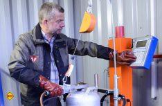Henri Brack vom Camping Fuussekaul kann jetzt vor Ort Gasflaschen von 1,5 bis 38 Kilogramm befüllen. (Foto: Fuussekaul)