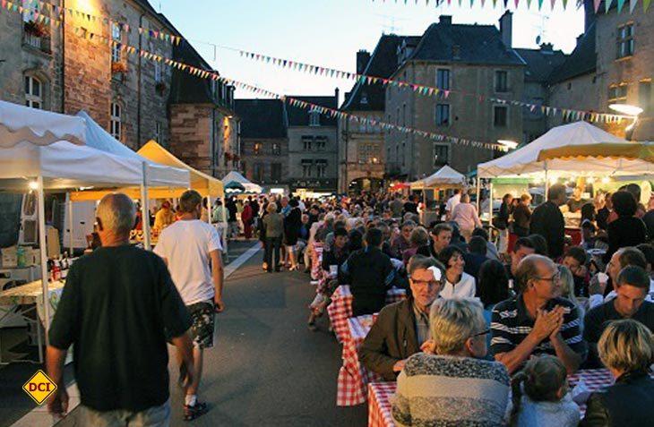 Shoppen, Schauen und Genießen – Im Sommer bietet der Nacht- Markt in Luxeuil-les-Bains jeden Dienstag kulturelle und gastronomische Entdeckungen unter einem nächtlichen Sternenhimmel. Foto: Tourismusverband Franche-Comté. (Foto: Franche Comté)