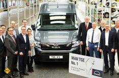 Die Teams um Jens Ocksen (Vorstandsvorsitzender Volkswagen Poznan) und Dennis Affeld (Leiter Vans bei MAN Truck & Bus) nehmen den ersten MAN TGE in Empfang. (Foto: MAN)