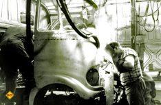 Schweißarbeiten am Band des Düsseldorfer Transporter-Werks im Jahr 1965. (Foto: Mercedes-Benz)