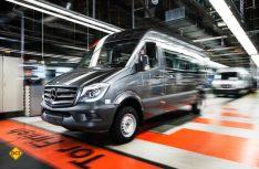 Bandabfahrt eines Modells der aktuellen Generation des Mercedes-Benz Sprinter im Werk Düsseldorf.