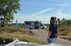 Treffen am Kanal: Womo und Hausboot. (Foto: det)
