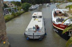 Genüßlich im Schritt-Tempo die Landschaft am Kanal erkunden: Das ist Hausboot-Fahren. (Foto: det)