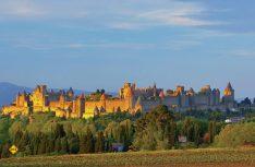 Die mittelalterliche Festung von Carcassonne im Licht der untergehenden Sonne. (Foto: Tourismus Midi-Pyrenäen)