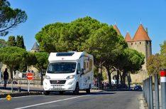 Der Bürstner vor den Toren von Carcassonne: Parken mit Reisemobilen ist bei der vielbesuchten Sehenswürdigkeit nicht einfach. (Foto: det)