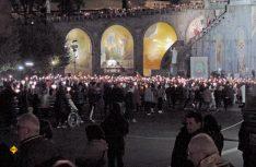 """Täglicher Höhepunkt in der """"heiligen"""" Stadt Lourdes: Die Fackel-Wallfahrt zur Grotte. (Foto: A. Bues)"""