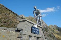 Geschafft. Über 1.400 Meter ist der Tourmalet und gehört zu den wichtigen Bergwertungen der Tour de France. Ein Mahnmal erinnert an die Leiden der Rennfahrer. (Foto. det)